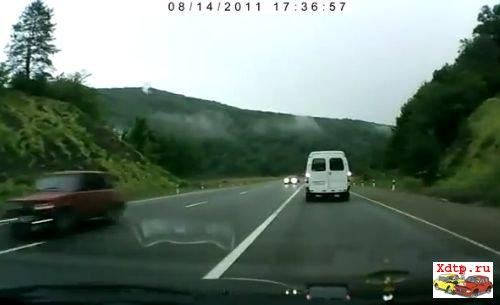 Ребенок и водитель вылетели через заднее стекло
