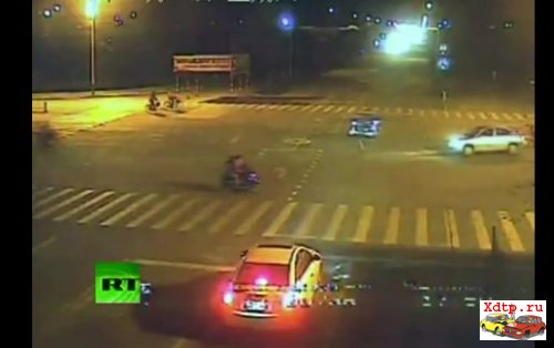 Столкновение скутера и авто в Китае