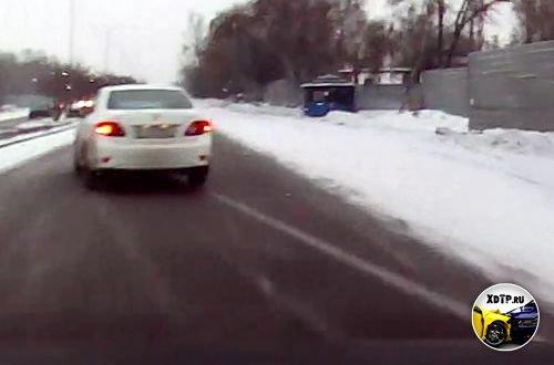 Выезд Тойоты привёл к заносу. Алматы, Казахстан