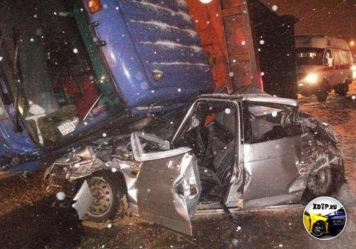 Авария на трассе М-2, грузовик Камс (CAMC) упал на ВАЗ 21214