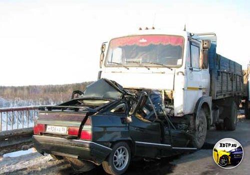 Авария на трассе Тюмень - Ханты-Мансийск, на мосту через р. Выя, столкнулись Ситроен и МАЗ