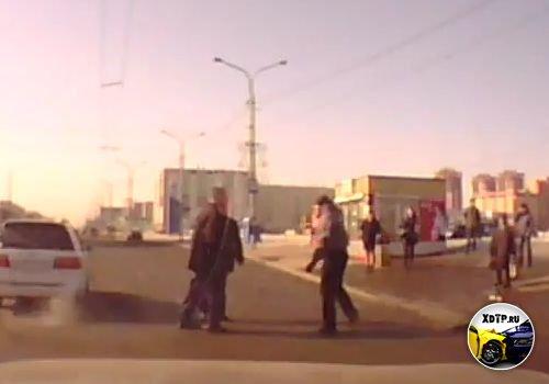 г.  Красноярск, драка водителя, пассажира с пешеходом