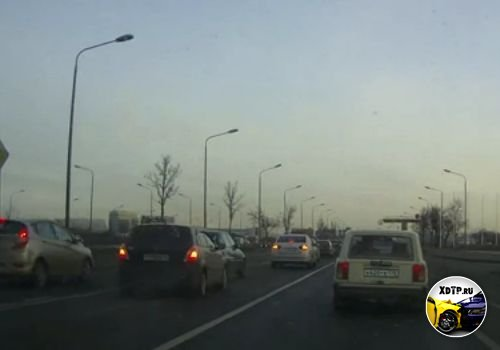 Паровоз из четырёх вагонов. Пулковское шоссе в сторону Санкт-Петербурга