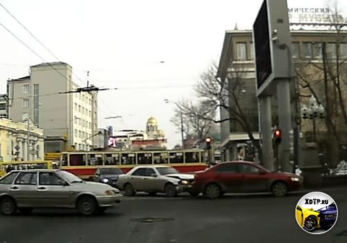 Авария в Екатеринбурге, перекрёсток улиц Ленина и К. Либкнехта