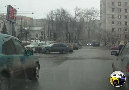 Авария в Кирове, на пересечении Октябрьского пр. и ул. Некрасова