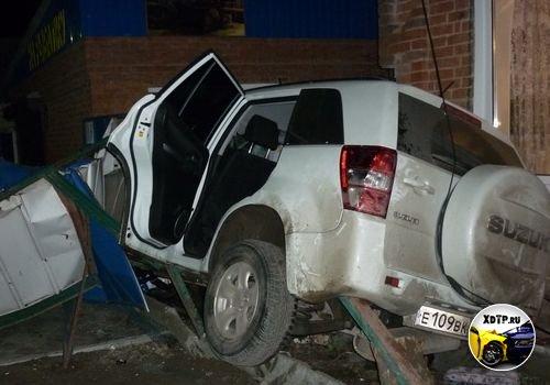Пьяная девушка на Suzuki Grang Vitara въехала в дом в г. Кропоткин