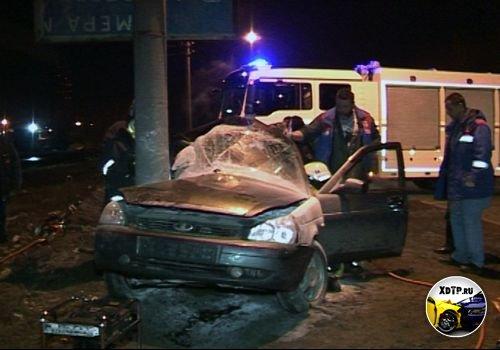 Авария в Архангельске, пьяный водитель на автомобиле Лада Приора въехал в столб