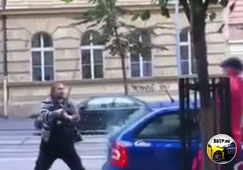 Беспредел на дорогах Чехии, таксист и водитель Мерседеса выясняют отношение