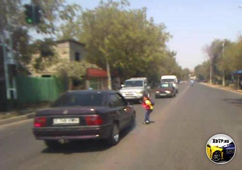 Чуть не сбил ребёнка в Шымкенте, Казахстан