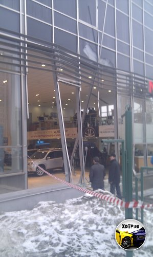 Инцидент в автосалоне Пеликан-Авто.  Чел въехал внутрь и начал громить всё, подряд