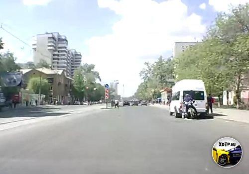 Просмотров: 14.  Велосипедист въехал в стоявшую маршрутку.