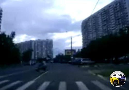 Авария в Москве, в районе Литовского бульвара. Nissan Murano столкнулся со скутером