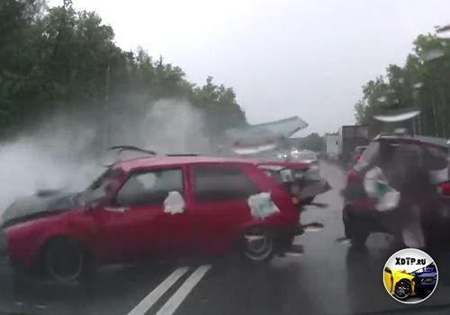 Авария на Киевском шоссе, 60 км. Гольф прилетел со встречки