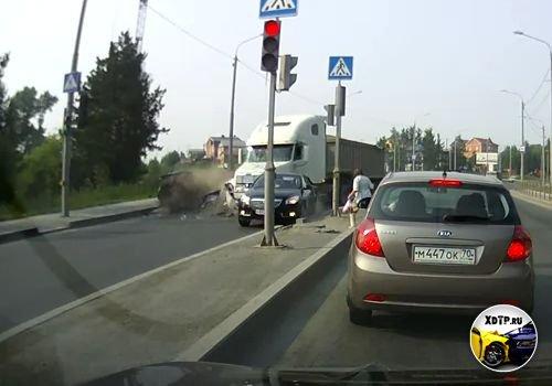 Авария в Томске на ул. Балтийская, у большегруза отказали тормоза
