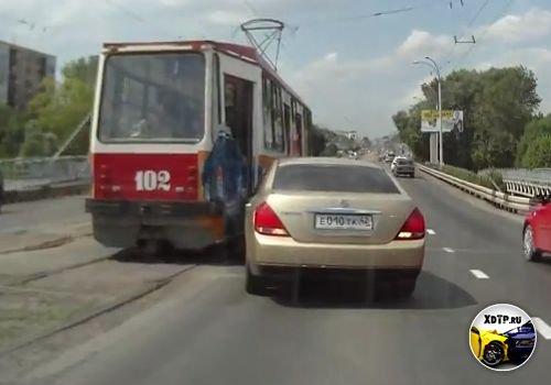 Трамвай, бабка и Ниссан Теана, Кемерово.