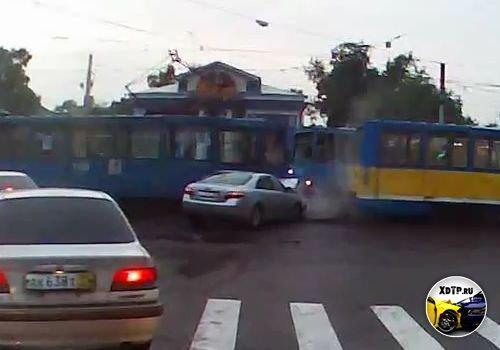 Он, что не заметил трамвай?!