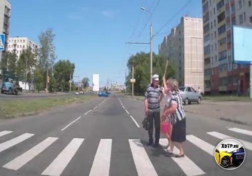 Хотели бабке помочь дорогу перейти ))