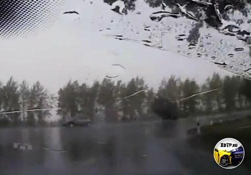 Девушка на Chevrolet Aveo при повороте налево не пропустила микроавтобус.  Автомобили получили серьёзные повреждения...