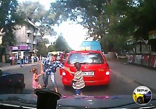 Идиот с двумя детьми дорогу переходит