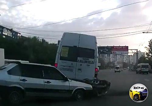 Авария в Челябинске, пересечение улиц 40-лет Победы и Бр. Кашириных