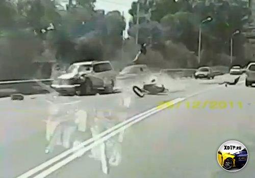Авария в Хабаровске на Восточном шоссе, лобовое столкновение со скутером. ЖЕСТЬ!