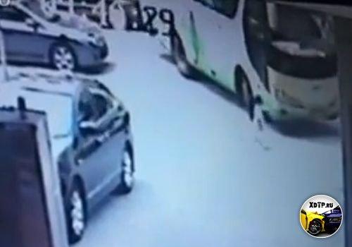 Автобус раздавил ребёнка, Китай