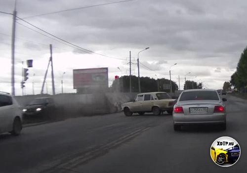 Авария в Омске на перекрестке ул. Волгоградской и ул. Дергачева. Сам себя наказал.