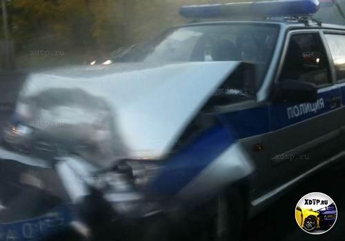 В Калининграде Mercedes и полицейский автомобиль не поделили перекресток