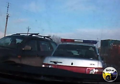 В Красноярске на Северном шоссе, пьяный водитель сбил инспектора ГИБДД и протаранил два авто
