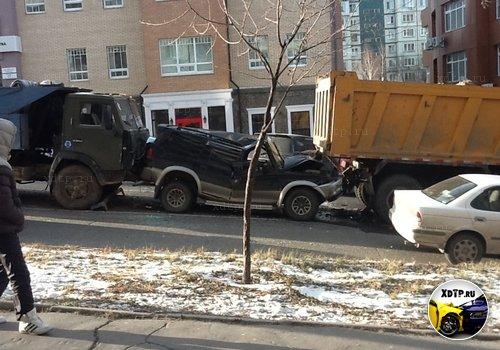 Внедорожник был сплющен двумя грузовиками в Хабаровске