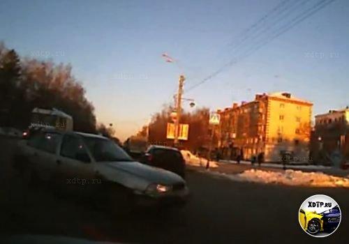 Авария в Тюмени на на перекрестке улиц Тульская и Республики